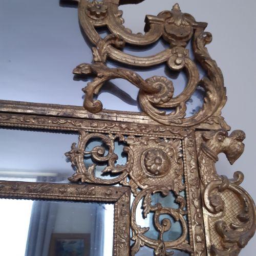 Miroir rectangulaire dans un double encadrement à écoinçons et fronton en bois r…
