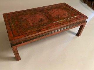 Table basse à décor chinois, le plateau composé d'un ancien panneau de paravent …