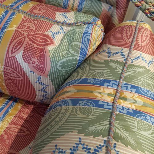 Canapé moderne, les côtés retenus par une cordelette. Ceinture ornée d'une frang…