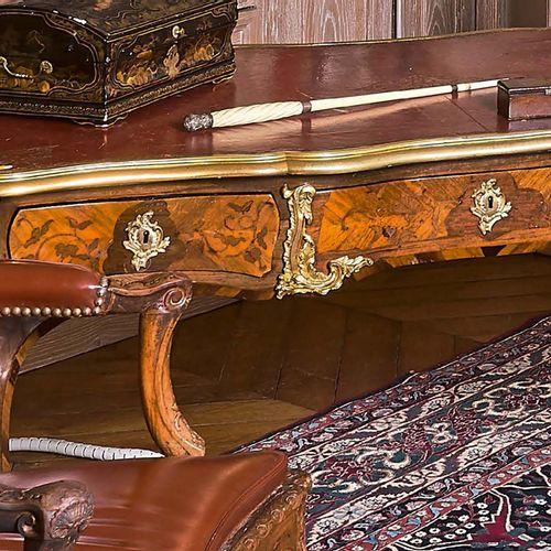 Bureau plat à plateau mouvementé gaîné de cuir doré à cornières et astragales de…