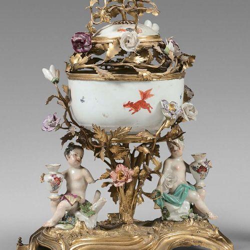 Pot pourri en porcelaine et bronze doré, orné de deux putti et d'une coupe à déc…