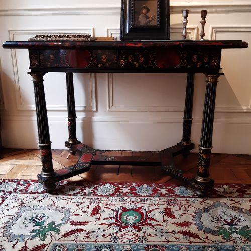 Table à décor géométrique marqueté d'écaille, scagliole, nacre et filets d'ivoir…