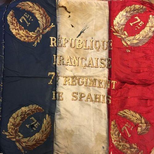 Soie de l'étendard du 7e régiment de spahis portant le nom d'une bataille: «Maro…
