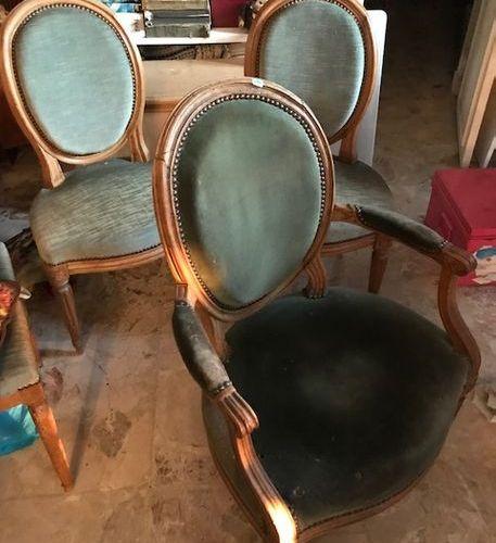 Fauteuil et paire de chaises à dossier médaillon en hêtre. Style Louis XVI, XIXè…