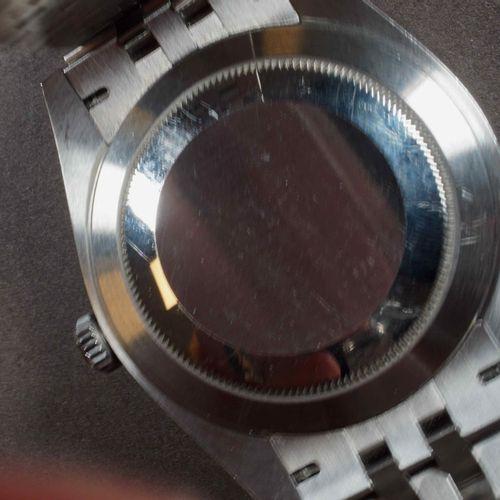 ROLEX OYSTER PERPETUAL DATEJUST. Boîtier acier lunette fixe lisse. N° de série :…