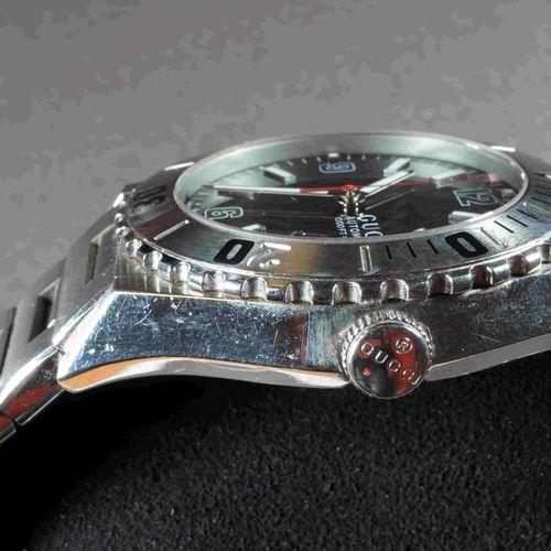 GUCCI Modèle PANTHEON XL. Réf. 115.2. Montre homme, boîtier acier 42 mm. Bracele…
