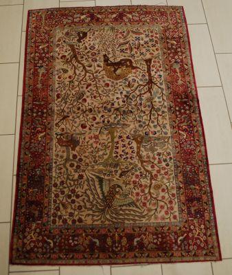 Travail persan. Tapis de chasse Tabriz en laine et soie.  Dim.: 260 x 130 cm.