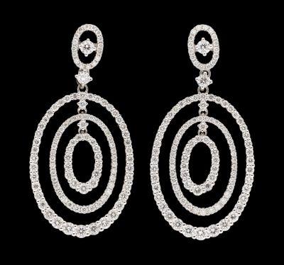 Joaillerie. Bijoux: Paire de pendants d'oreilles en or blanc agrémentés de diama…