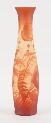 VAL SAINT LAMBERT Verrerie: Vase en verre doublé urane au décor de coquelicots d…