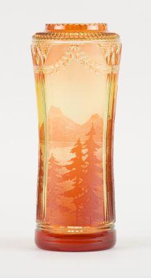 VAL SAINT LAMBERT. Verrerie: Vase en cristal clair doublé urane et orange au déc…