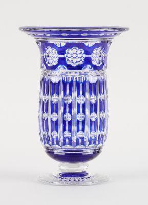 VAL SAINT LAMBERT Verrerie: Vase en cristal clair taillé doublé bleu au décor de…