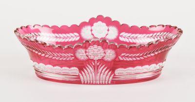 VAL SAINT LAMBERT Verrerie: Coupe en cristal taillé doublé rubis au décor de mar…