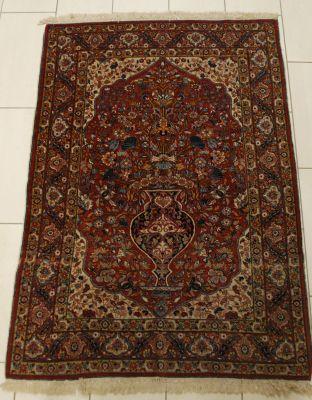 Travail perse. Carpet with a floral vase decoration.  Size: 180 x 123 cm.