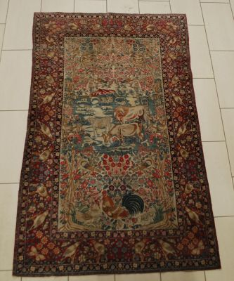 Travail perse. Esfahan carpet with animal decoration.  Size: 227 x 137 cm.