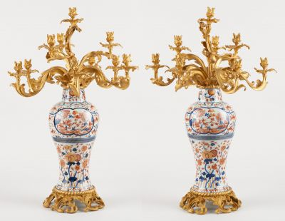 Travail chinois. Ceramics: Pair of elegant polychrome porcelain vases with Imari…