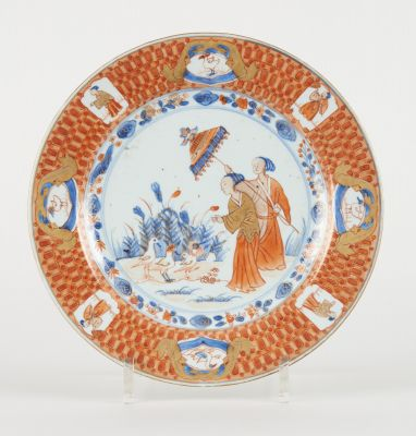 Travail chinois 18e. Ceramics: Polychrome porcelain plate with a lady with a par…