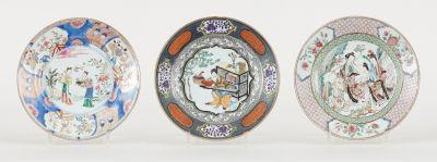 Travail chinois 18e. Ceramics: Suite of three polychrome porcelain plates decora…