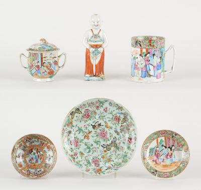 Travail cantonais 19e. Ceramics: Lot consisting of a pitcher, a covered sugar bo…