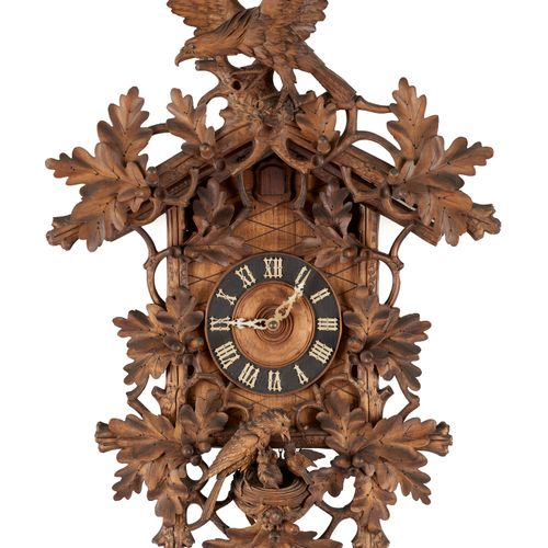 Travail de la Forêt Noire 19e. Horlogerie: Coucou en bois sculpté, sommé d'un ai…