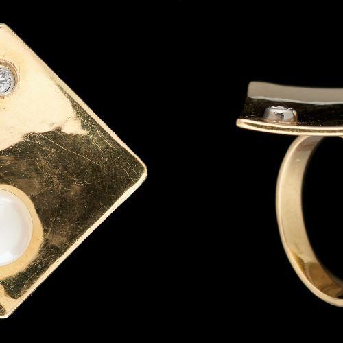 Joaillerie. Bijou: Bague en or jaune agrémentée d'une perle et d'un diamant tail…