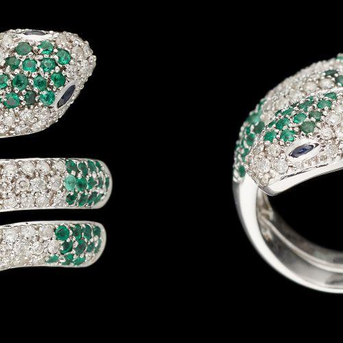 """Joaillerie. Bijou: Bague """"Serpent"""" en or blanc agrémentée de diamants, d'émeraud…"""