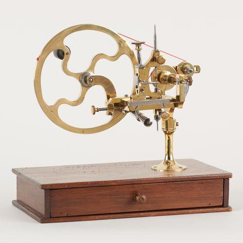 Travail du 19e. Instrument scientifique: Tour d'horloger en laiton, avec tiroir …