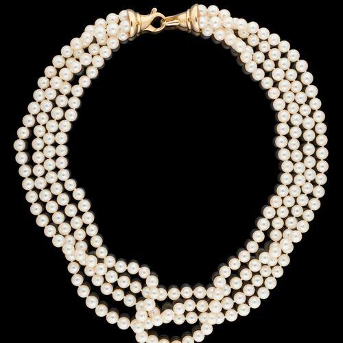 Joaillerie. Bijou: Collier à quatre rangs de perles de culture agrémenté d'un fe…