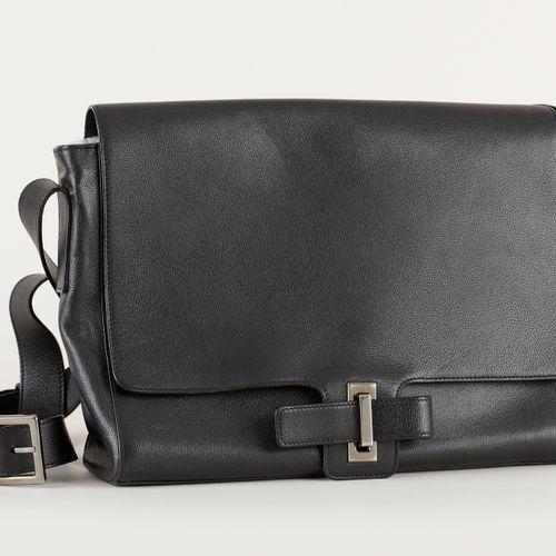 Delvaux. Maroquinerie: Sacoche en cuir noir et porte clef.  De marque Delvaux.  …
