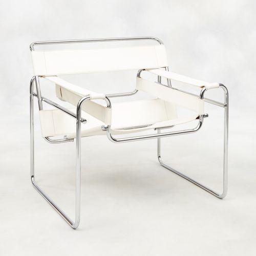 Design Marcel Breuer, Gavina. Meuble: Fauteuil en métal chromé et cuir blanc, mo…