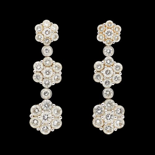Joaillerie. Bijoux: Paire de boucles d'oreilles en or blanc agrémentées de diama…