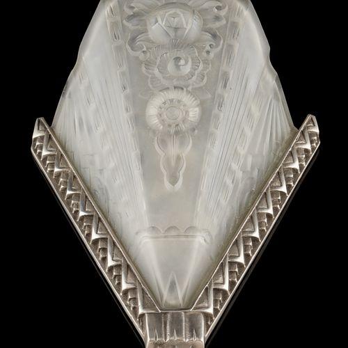 Circa 1930. Luminaire: Suite de quatre appliques en verre moulé maté, montures d…