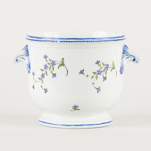 Attribué à Tournai. Céramique: Petit cache pot en porcelaine polychrome au décor…
