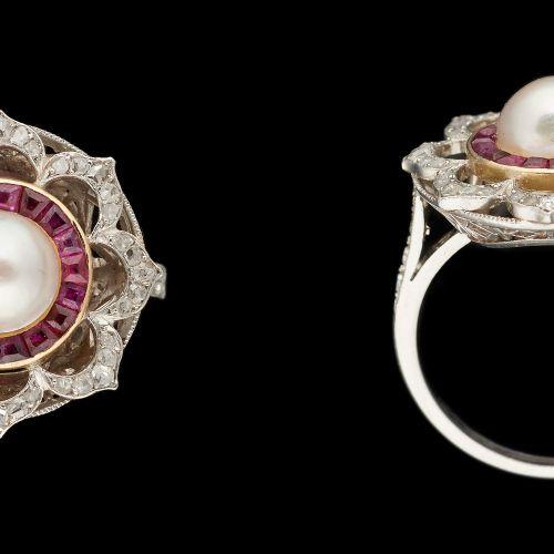 Joaillerie. Bijou: Bague en platine agrémentée d'une perle (8 mm), de calibrés d…