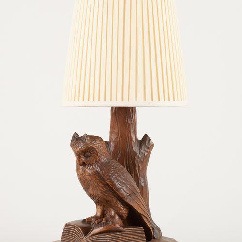 Travail de la Forêt Noire 20e. Luminaire: Lampe de table en bois sculpté représe…