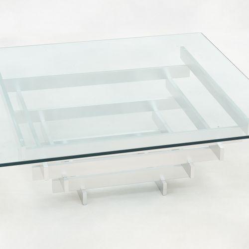 Design vintage. Meuble: Table basse composée d'une tablette de verre reposant su…