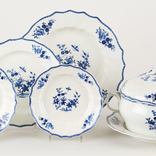 Tournai. Céramique: Lot se composant de porcelaine pâte tendre au décor en bleu …