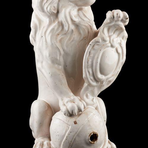 Attribuée à Bruxelles. Céramique: Fontaine de table en faïence émaillée blanche …
