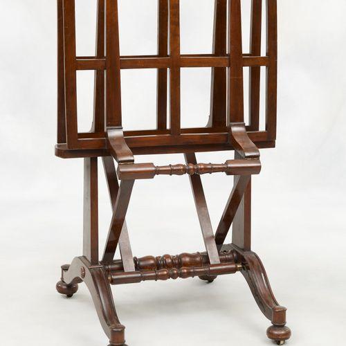 Travail du 19e. Meuble: Porte cartes en laiton et bois.  Dim.: H.: 112 cm.