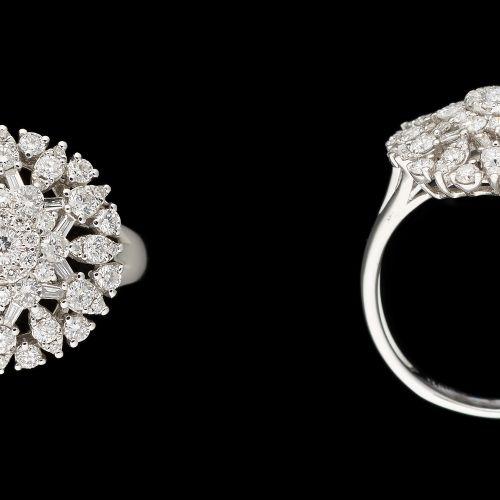 Travail contemporain. Bijou: Bague en or blanc agrémentée de diamants tailles br…