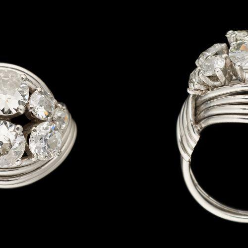 Joaillerie. Bijou: Bague en or blanc agrémentée de diamants taille ancienne pour…