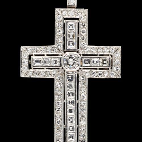 Joaillerie. Bijou: Croix en or blanc agrémentée de diamants tailles brillant et …
