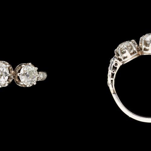 Joaillerie. Bijou: Bague en platine agrémentée de trois diamants taille ancienne…