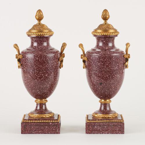 De style Louis XVI. Objets d'Art: Paire de cassolettes en marbre pourpre et bron…