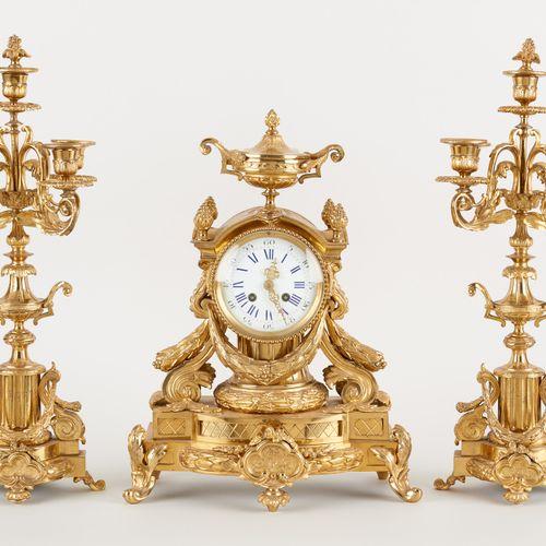 Travail belge circa 1900. Horlogerie: Garniture de cheminée en bronze doré se co…