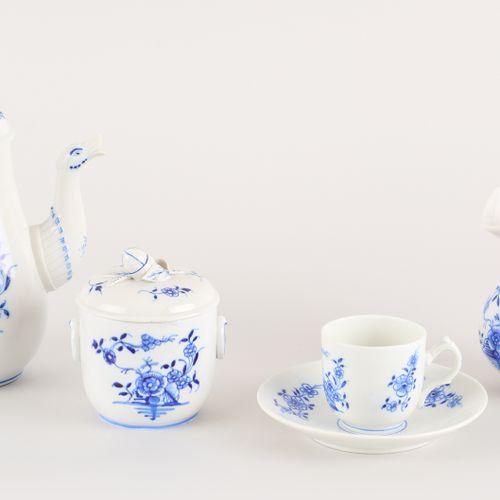 Tournai. Céramique: Service à café en porcelaine pâte tendre, décor en bleu rond…