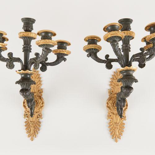 D'époque Charles X. 灯饰:一对五臂壁灯,青铜材质,有两种铜锈。  尺寸:高:34 D.:28厘米。