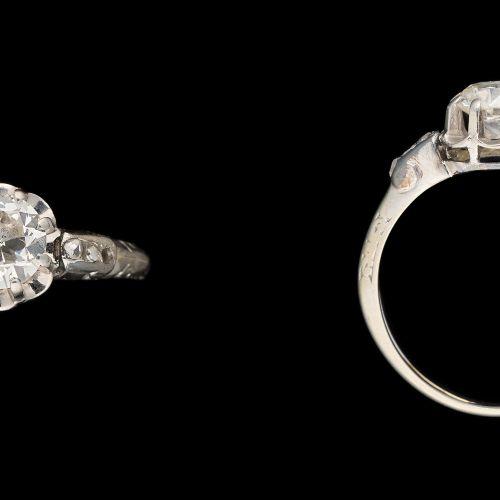 Joaillerie. 珠宝:铂金戒指,镶有+/ 0.90克拉的明亮式切割钻石和老式切割钻石。  (缺少一个)。  手指大小:+/ 55。
