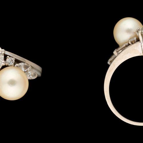 "Joaillerie. 珠宝:""Toi & Moi ""铂金戒指,上面有一颗+/ 1.30克拉的老式切割钻石,一颗珍珠和小钻石。"
