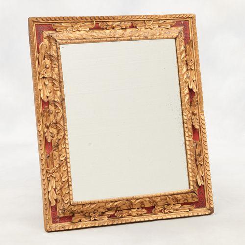 Amérique latine circa 1900. 家具:镀金雕花木镜,有彩绘装饰。  (小部分缺失)。  尺寸:89 x 75厘米。