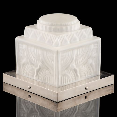 D'époque Art Déco. Luminaire: Plafonnier en verre moulé maté de forme cubique, m…
